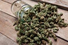 Botões da marijuana nos frascos de vidro Fotos de Stock Royalty Free