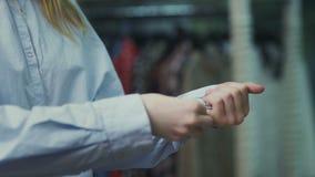 Botões da mulher acima das luvas da camisa branca filme