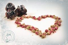 Botões das rosas secadas como um coração Imagem de Stock Royalty Free