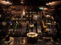 Botões de controle no close up da cabina do piloto do avião com foco seletivo Foto de Stock