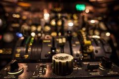 Botões de controle no close up da cabina do piloto do avião com foco seletivo Fotografia de Stock Royalty Free