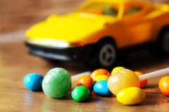 Botões do chocolate e carro coloridos do brinquedo Fotos de Stock