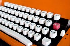 Botões do close-up alaranjado da máquina de escrever do vintage com caráter alemão fotografia de stock