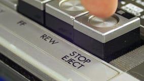 Botões do controle da parada das imprensas do dedo no jogador de cassete áudio vídeos de arquivo