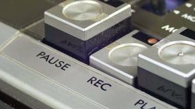 Botões do controle do registro das imprensas do dedo no jogador de cassete áudio filme
