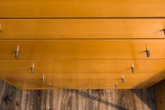 Botões do fundo de madeira do teste padrão da textura da gaveta do armário Fotografia de Stock Royalty Free