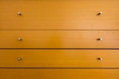 Botões do fundo de madeira do teste padrão da textura da gaveta do armário Fotos de Stock