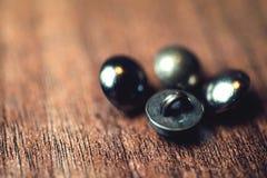 Botões do metal do vintage no fundo de madeira do assoalho Fotos de Stock Royalty Free