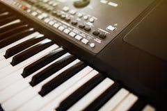 Botões do sintetizador O piano fecha o close-up instr musical eletrônico fotos de stock