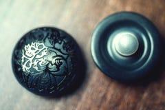 Botões do vintage com o ornamento no fundo de madeira Foto de Stock Royalty Free