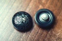 Botões do vintage com o ornamento no fundo de madeira Fotografia de Stock Royalty Free