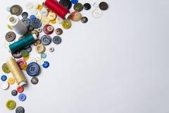 botões e bobinas multi-coloridos com linhas Foto de Stock