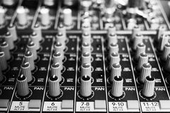 Botões e botões em um console da música Imagens de Stock