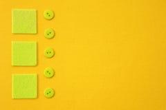 Botões e quadrados amarelos do verde do fundo Fotografia de Stock