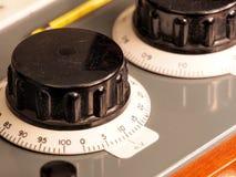 Botões grandes da mão preta com escala de giro em um instrumento velho do teste Imagem de Stock