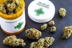 Botões médicos da marijuana no fundo preto Imagem de Stock