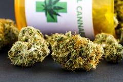 Botões médicos da marijuana no fundo preto Fotografia de Stock