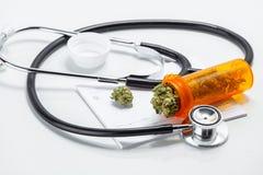 Botões médicos do cannabis da marijuana com doutores Prescrição Para Nós Foto de Stock Royalty Free