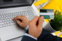 Botões masculinos da imprensa do cartão de crédito da posse dos braços Foto de Stock