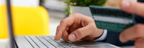 Botões masculinos da imprensa do cartão de crédito da posse dos braços Fotografia de Stock
