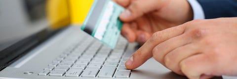 Botões masculinos da imprensa do cartão de crédito da posse dos braços Fotografia de Stock Royalty Free