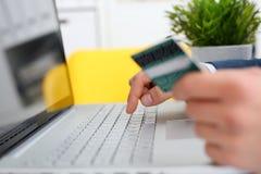 Botões masculinos da imprensa do cartão de crédito da posse dos braços Imagem de Stock