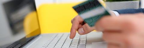Botões masculinos da imprensa do cartão de crédito da posse dos braços Imagens de Stock