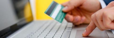 Botões masculinos da imprensa do cartão de crédito da posse dos braços Imagens de Stock Royalty Free