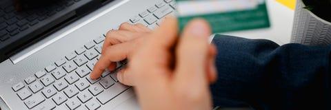 Botões masculinos da imprensa do cartão de crédito da posse dos braços Foto de Stock Royalty Free