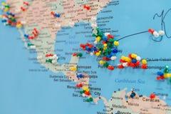 Botões na Cuba no mapa do mundo Fotografia de Stock Royalty Free