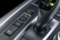 Botões perto da vara de engrenagem automática de um carro moderno, detalhes do controle de sensor da trilha e do estacionamento d Fotos de Stock Royalty Free