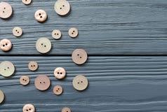 Botões plásticos cor-de-rosa no fundo de madeira cinzento Foto de Stock Royalty Free
