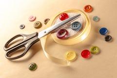 Botões, tesouras e rolo coloridos da fita Foto de Stock