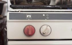 Botões velhos do fogão do fogo em detalhe foto de stock
