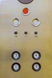 Botões velhos do painel de controle do elevador no estilo retro análogo Foto de Stock