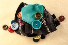 Botões, zíper e pano coloridos Fotografia de Stock