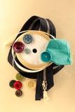 Botões, zíper e rolo coloridos da fita Imagens de Stock