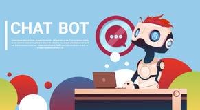 Bot de la charla usando el ordenador portátil, ayuda virtual del robot del sitio web o aplicaciones móviles, inteligencia artific Imágenes de archivo libres de regalías