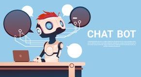 Bot de la charla usando el ordenador portátil, ayuda virtual del robot del sitio web o aplicaciones móviles, inteligencia artific Imagen de archivo
