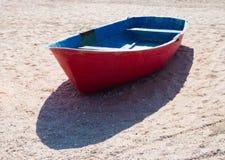 Bot del mar en la arena imágenes de archivo libres de regalías