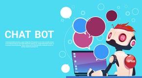 Bot do bate-papo usando o laptop, o auxílio virtual do robô do Web site ou aplicações móveis, inteligência artificial ilustração stock