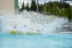 Bot inflável que espirra na piscina no parque da água foto de stock