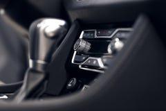 Bot?n del aire acondicionado dentro de un coche Unidad de control del clima en el nuevo coche detalles modernos del interior del  fotos de archivo libres de regalías