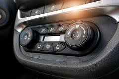 Bot?n del aire acondicionado dentro de un coche Unidad de control del clima en el nuevo coche detalles modernos del interior del  foto de archivo libre de regalías