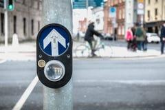 Bot?n para activar el paso de peatones en el camino en Dubl?n fotos de archivo libres de regalías