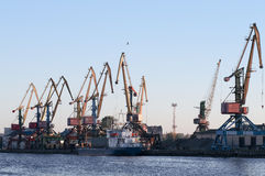 Bot y grúas en el puerto Foto de archivo