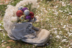 Bota de pedra enchida com as quinquilharias do Natal Foto de Stock