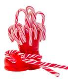 Bota roja de Santa Claus, zapato con las piruletas dulces coloreadas, candys Bota de San Nicolás con los regalos de los presentes Imagenes de archivo