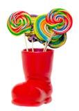 Bota roja de Santa Claus, zapato con las piruletas dulces coloreadas, candys Bota de San Nicolás con los regalos de los presentes Fotos de archivo