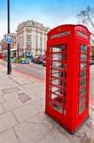 Bota vermelha do telefone do ícone britânico na rua de Oxford, o 15 de abril de 2013 em Londres, Reino Unido Foto de Stock Royalty Free